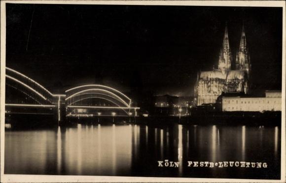 Foto Ak Köln am Rhein, Hohenzollernbrücke und Dom bei nächtlicher Festbeleuchtung