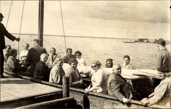 Foto Ak Wunstorf in Niedersachsen, Menschen in einem Boot am Steg, Steinhuder Meer