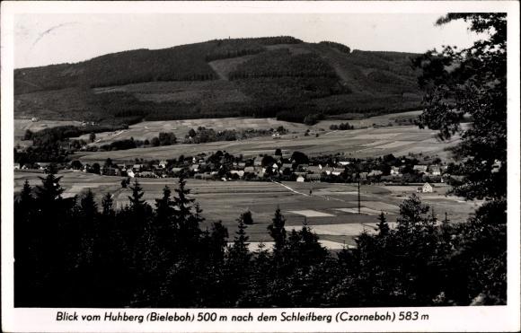 Ak Bieleboh im Kreis Bautzen, Blick vom Huhberg zum Ort und nach dem Schleifberg