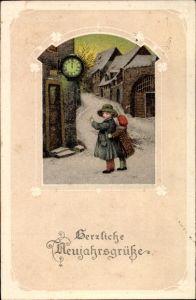 Präge Passepartout Ak Glückwunsch Neujahr, Kinder an einer Uhr, Mitternacht, Winterszene