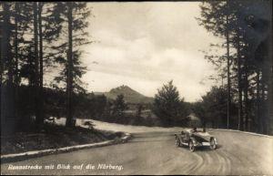 Ak Nürburg im Kreis Ahrweiler Rheinland Pfalz, Rennstrecke mit Blick zur Burg, Nürburgring, Rennauto