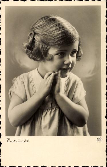 Ak Kinderportrait, Entzückt, Kleines Mädchen, Kleid Nr. 1489278 ...