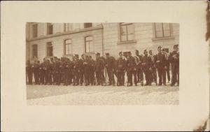 Foto Ak Gruppenbild Schweizer Soldaten in Uniform vor einem Gebäude, Gewehre, Tschako, Schützen