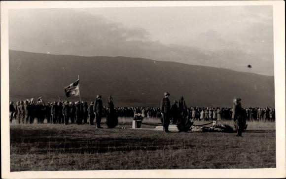Foto Ak Schweizer Soldaten der 1. Division bei einer Kriegerehrung, Soldatengrab, Denkmal, Uniformen