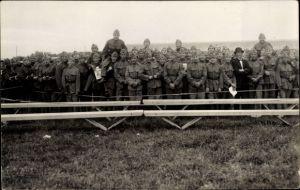Foto Ak Gruppenbild Schweizer Soldaten in Uniform hinter einer Absperrung, Mann mit Anzug und Melone