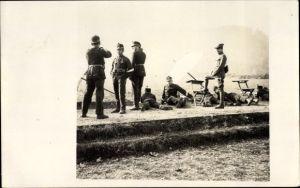 Foto Ak Schweizer Soldaten in Uniform, Sonnenschirme, Wiese, Schützen