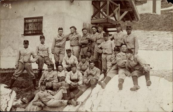 Foto Ak Gruppenbild Schweizer Soldaten in Uniform auf einem Felsen vor einem Haus, Alpenjäger