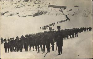Foto Ak Marschkolonne Schweizer Soldaten im Gebirge im Winter, Uniformen, Alpenjäger