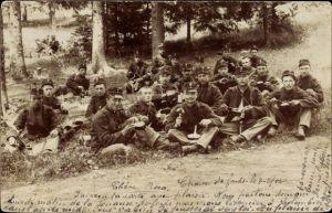 Foto Ak Schweizer Soldaten bei der Rast mit Marschbesteck und Verpflegung, Uniformen