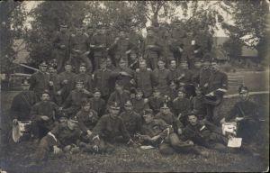 Foto Ak Gruppenbild Schweizer Soldaten in der Freizeit, Uniform, Trommler, Weinflaschen, Schützen