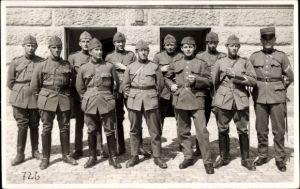 Foto Ak Schweizer Soldaten in Uniformen, Gruppenportrait, Ärmelabzeichen