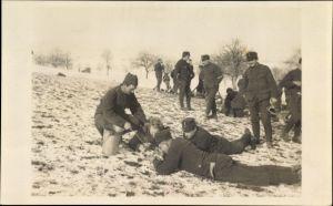 Foto Ak Schweizer Soldaten beim Suppe fassen auf einem Feld, Winter
