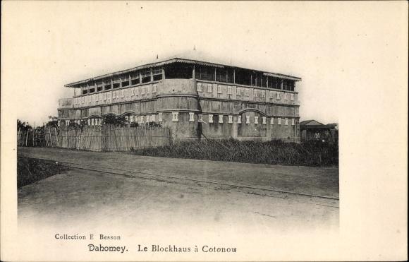 Ak Dahomey Benin, Le Blockhaus à Cotonou, Blick auf das Blockhaus