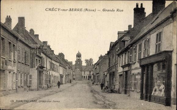 Ak Crecy sur Serre Aisne, Grande Rue, Straßenpartie mit Geschäften, Uhr