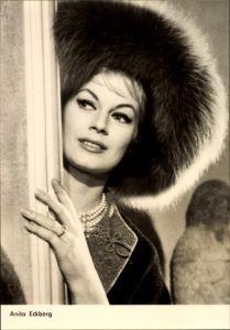 Ak Schauspielerin Anita Eckberg, Boccaccio 70, Blumen für die Angeklagte, Portrait