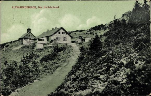 Ak Jeseník Freiwaldau Reg. Olmütz, Das Heidebrünnel im Altvatergebirge, Baude, Kapelle, Wegpartie