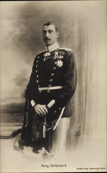 Ak König Christian X. von Dänemark, Standportrait in Uniform