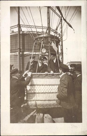 Foto Ak Luftfahrer in einer Ballongondel Männer und Frau