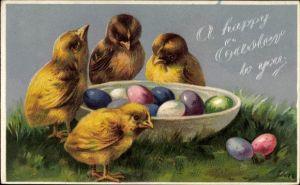 Präge Litho Glückwunsch Ostern, Vier Küken stehen um eine Schale mit bunten Ostereiern