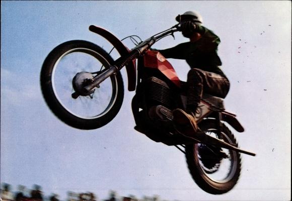 Ak Motocross, Rennfahrer auf einem Motorrad während des Sprungs