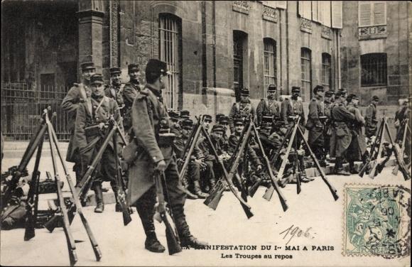 Ak Paris, Manifestation du 1er Mai, Les Troupes au repos, Französische Soldaten