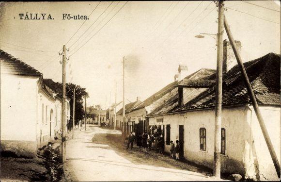 Foto Ak Tallya Ungarn, Fö utca, Straßenpartie, Anwohner