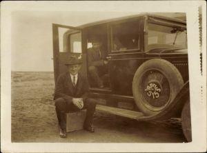 Foto Männer an einem Automobil, Anruf 515, Taxi?