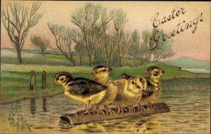 Präge Litho Glückwunsch Ostern, Vier Küken auf einem Baumstamm im Wasser