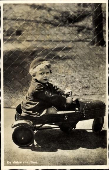 Ak De kleine Chauffeur, Junge in einem Spielzeugauto