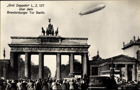 Ak Berlin Mitte, Graf Zeppelin über dem Brandenburger Tor, LZ 127, Luftschiff