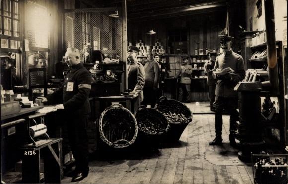 Foto Ak Geschäft für Kriegsgefangene im Kriegsgefangenenlager, Deutsche Aufseher, 1917