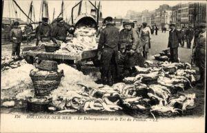 Ak Boulogne sur Mer Pas de Calais, Le Deparquement et le Tri du Poisson, Fischer mit ihrem Fang