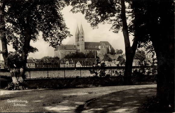 Ak Quedlinburg im Harz, Blick auf das Schloss über die Dächer der Stadt