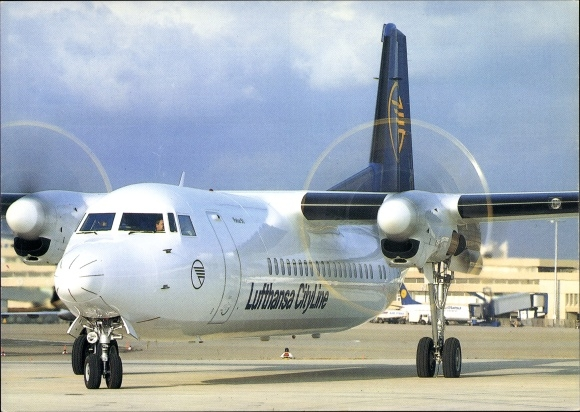 Ak Deutsches Passagierflugzeug der Lufthansa City Line, Fokker 50. Propellermaschine