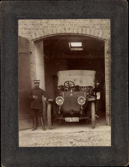 Foto Fahrer mit einem Automobil vor der Garage, Oldtimer, Fahrerbrille, Kennzeichen ID-832