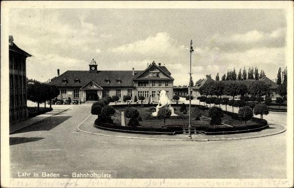 Ak Lahr im Schwarzwald Ortenaukreis, Blick auf den Bahnhofsplatz
