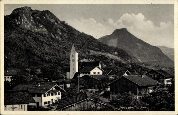 Ak Nußdorf am Inn im Kreis Rosenheim Oberbayern, Teilansicht des Ortes mit Kirche, Berge