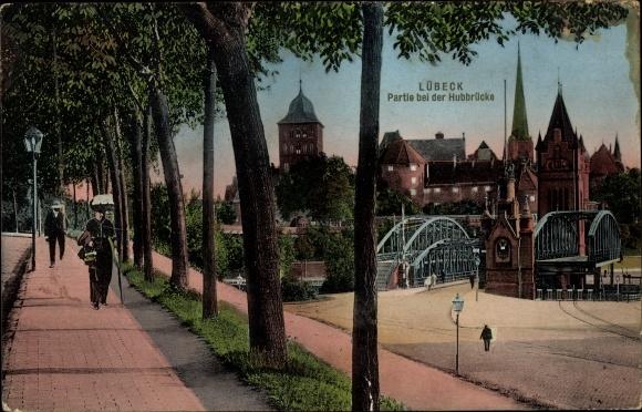 Ak Lübeck in Schleswig Holstein, Partie bei der Hubbrücke, Frau mit Schirm und Hut