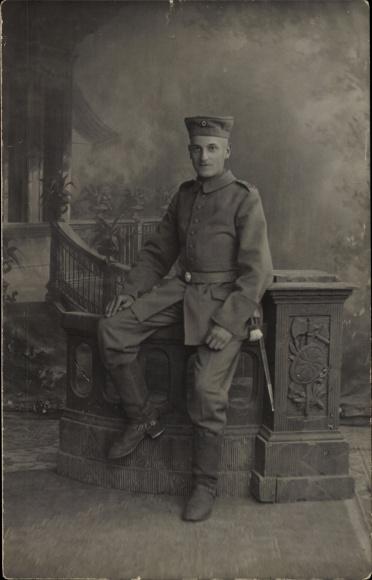 Foto Ak Deutscher Soldat in Uniform, Messer mit Quaste, Stiefel, I. WK