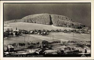 Ak Bärenstein Erzgebirge, Blick auf den Ort mit Berg und Sprungschanze