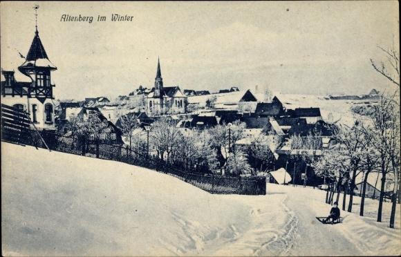 Ak Altenberg im Osterzgebirge, Blick auf Ortschaft im Winter, Junge mit Schlitten