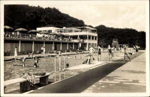 Ak Wiesbaden in Hessen, Blick ins Freibad, Schwimmbecken, Terrasse