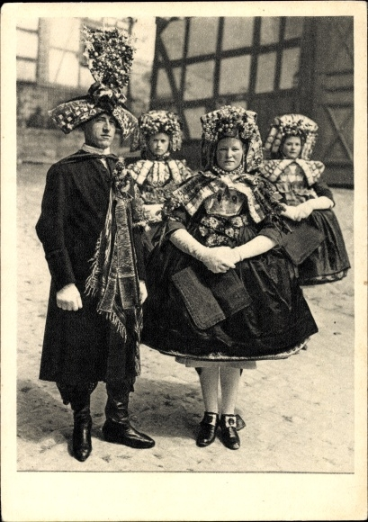 Ak Hessische Trachten, Schwälmer Brautpaar mit Brautjungfern, Hans Retzlaff