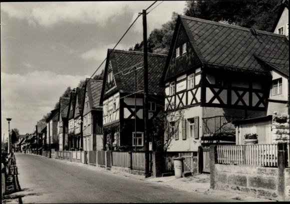 Ak Postelwitz Bad Schandau in Sachsen, Straßenpartie mit Blick auf die 7 Brüder Häuser, Fachwerk