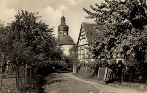Ak Weißbach Schmölln in Thüringen, Wegpartie mit Blick zur Kirche, Fachwerkhaus