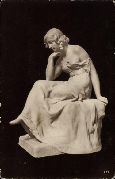 Ak Plastik von M. Götze, Traumverloren, Frau in Denkerpose, sitzend