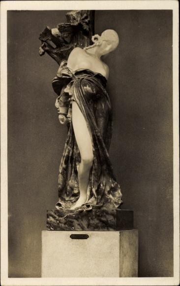 Ak Plastik von A. Kocian, Sarka, Frauenakt, Standbild mit Gewand, barbusig