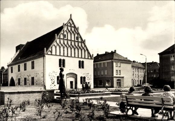 Ak Fürstenwalde an der Spree, Am alten Rathaus, Frauen sitzen auf Bank