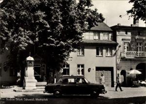 Ak Buckow in der Märkischen Schweiz, Blick auf den Marktplatz, Auto im Vorbeifahren