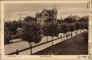 Ak Northeim in Niedersachsen, Partie an der Bahnhofstraße, Baumreihe, Passanten